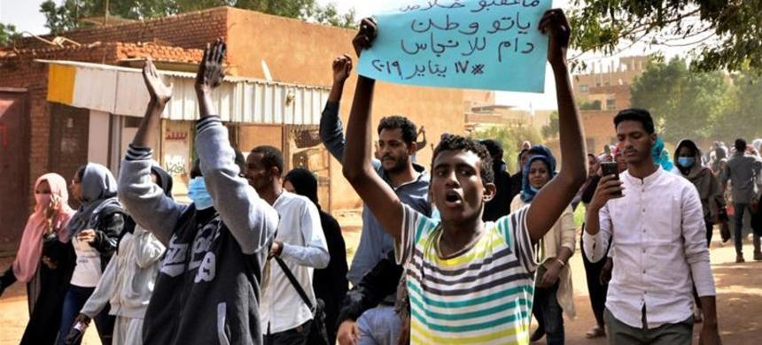 Sudanese demonstrators chant slogans as they participate in anti-government protests in Khartoum. (photo: Mohamed Nureldin Abdallah/Reuters)