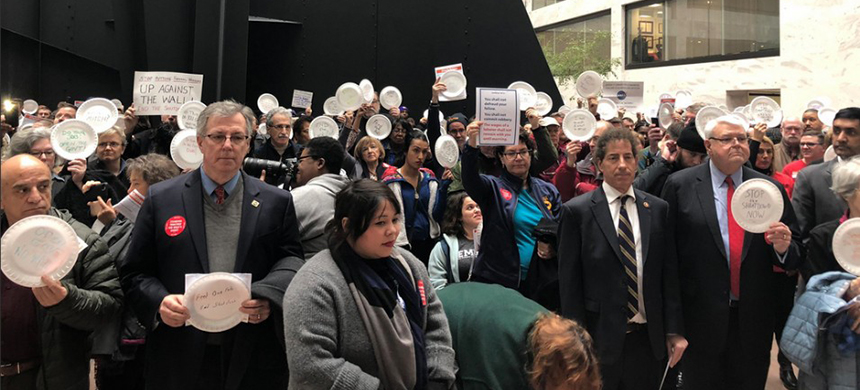 'Federal workers from various unions [are] holding plates to show they need to feed their families,' noted NBC's Kelly O'Donnell. (photo: Natalie Grim/Twitter)