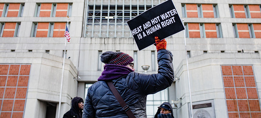 Protesters outside the Metropolitan Detention Center in Brooklyn on Saturday, where a partial power outage has prompted management to cancel visits and place inmates on lockdown. (photo: Stephen Speranza/NYT)