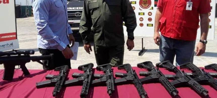 Venezuelan government officials display weapons they say were delivered by a cargo plane from Miami. (photo: General Endes Palencia Ortiz/Twitter)