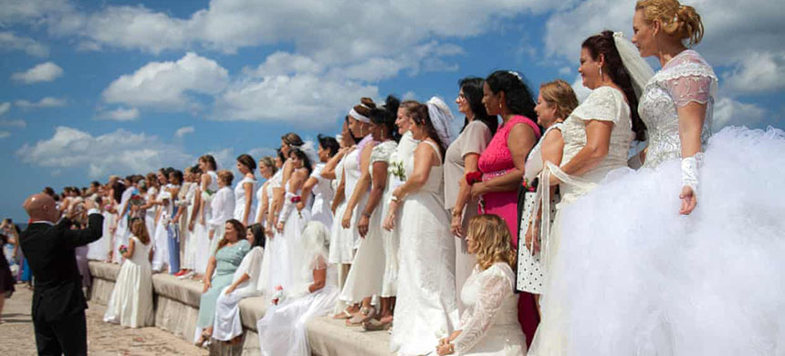 Church members gather to renew their marriage vows on Havana's Malecón. (photo: Frank Padrón Rojas)