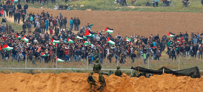 Israel opens fire on Palestinian protesters in Gaza. (photo: Jack Guez/Getty)