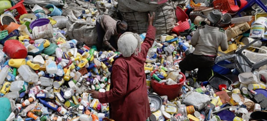 People sort through waste at a collection center in Nairobi, where the United Nations environment assembly was held this week. (photo: Daniel Irungu/EPA)