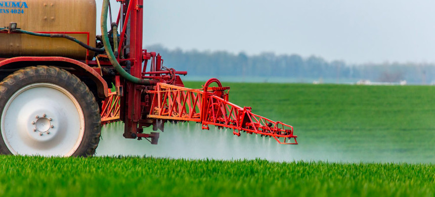 A farmer sprays crops with pesticides. (photo: Dave Martin/AP)