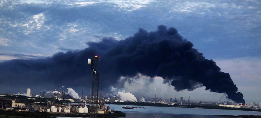 Smoke rises from a fire burning at the Intercontinental Terminals Company in Deer Park, east of Houston, Texas, U.S., March 18, 2019. (photo: Jaimie Meldrum/Reuters)