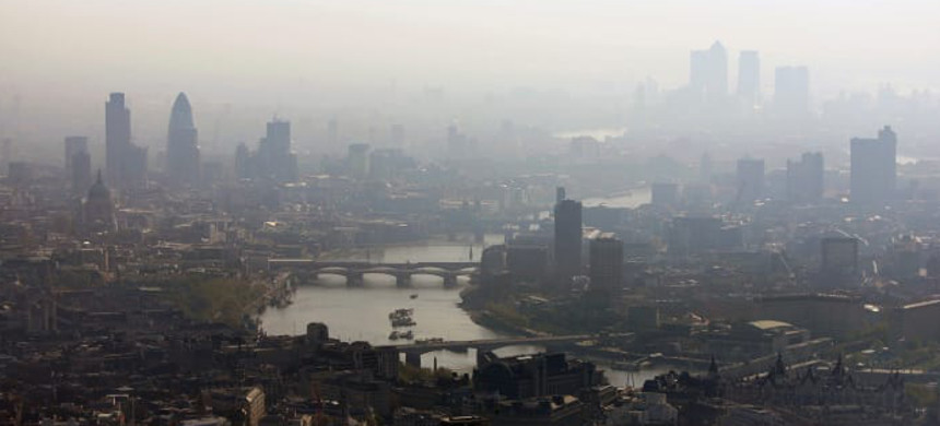 Air pollution hangs over the heart of London in this view along the River Thames. (photo: Mike Hewitt/Getty)