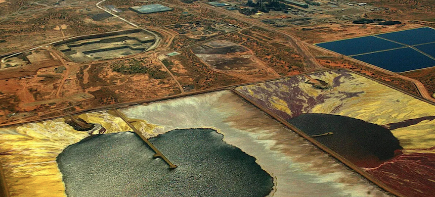A uranium mine in South Australia. Canadian uranium miner Cameco persuaded the Australian government to drop an environmental requirement. (photo: Colin Murty/Getty Images)
