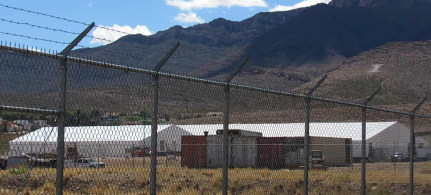 The new migrant shelter lies at the foothills of the Franklin Mountains. (photo: Edwin Delgado/Guardian UK)