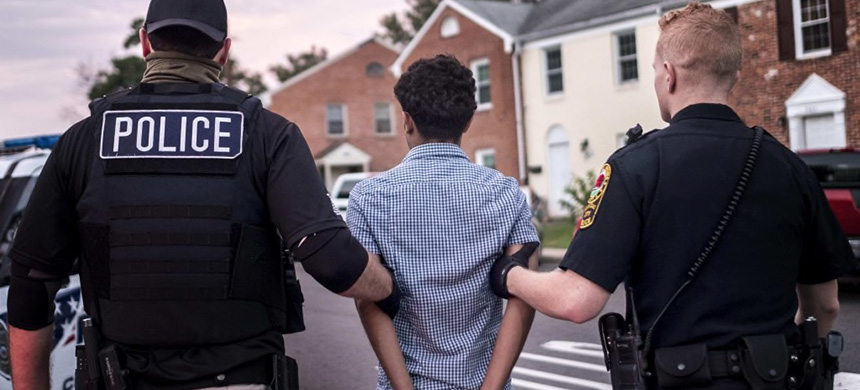 Northern Virginia Gang Task Force officers partner with ICE officers to arrest an alleged MS-13 gang member in a Manassas neighborhood in 2017. (photo: Melina Mara/WP)