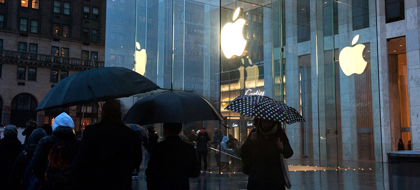 Apple store on Fifth Avenue. (photo: Bryan Thomas/Getty Images)