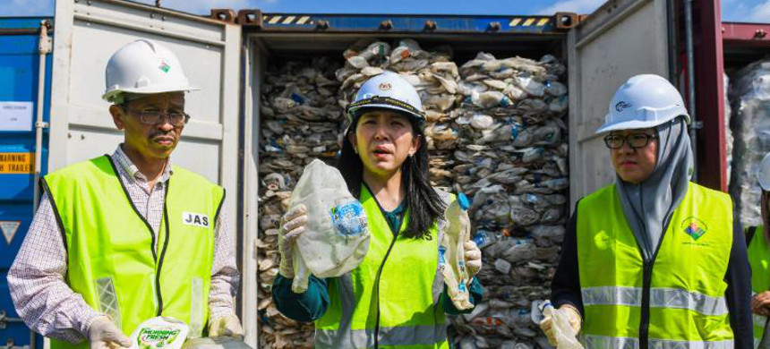 Malaysian Minister of Energy, Science, Technology, Environment and Climate Change Yeo Bee Yin shows samples of plastics waste shipment from Australia on May 28, 2019. (photo: Mohd Rasfan/Getty)