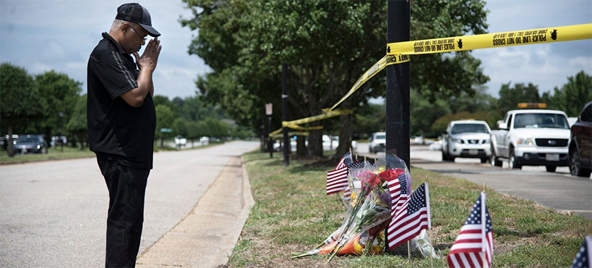 Edmond Maynard pays his respects to the 12 people killed in the mass shooting in Virginia Beach. (photo: Marvin Joseph/WP)