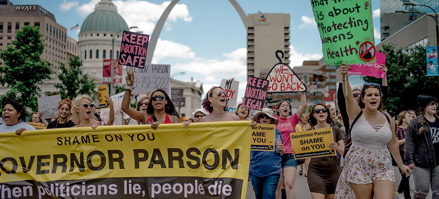 Protesters march through downtown St. Louis to oppose the closure of the last abortion clinic in Missouri, May 30, 2019. (photo: Jacob Moscovitch/Getty Images)