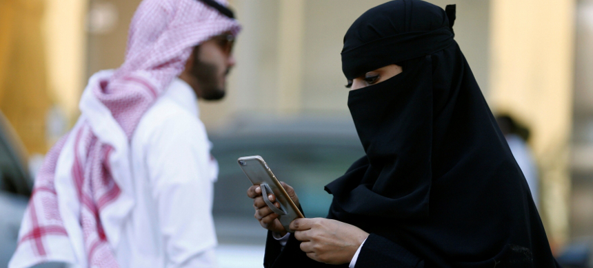Saudi woman uses a cell phone in Riyadh, Saudi Arabia. (photo: VOA)