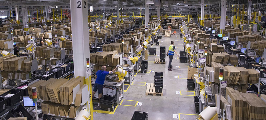 Amazon has defended its benefits and workplace safety, even as employees and politicians raise concerns about pay and the company's power. (photo: Jason Alden/Bloomberg)