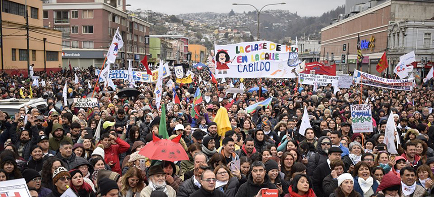 A crowd gathers outside the Chilean National Congress in defense of public education on June 11, 2019. (photo: Colegio de Profesores de Chile/Facebook)