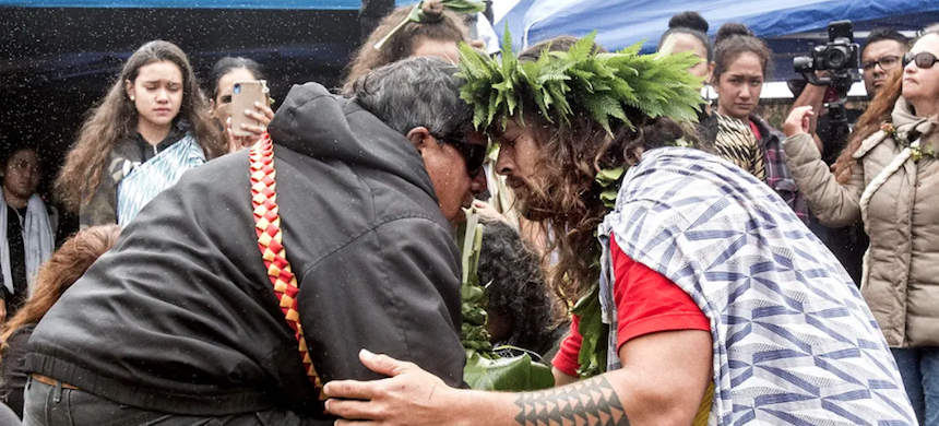 The actor Jason Momoa exchanges a traditional greeting with an elder while visiting protesters last month. (photo: Hollyn Johnson/AP)