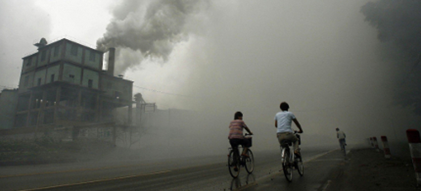 In research published last year, scientists in Beijing found that inhaling particulate matter robbed people of their smarts, leading to lower verbal and math test scores. (photo: Peter Parks/Getty Images)