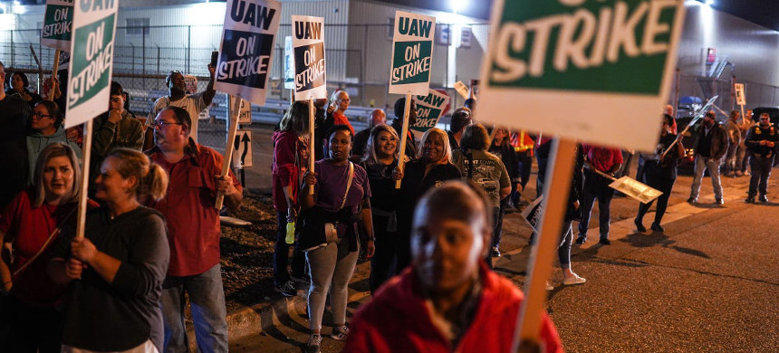 Workers picket in Flint as workers leave Flint Assembly early Monday, September 16, 2019 while taking part in a national strike against General Motors. (photo: Ryan Garza/Detroit Free Press)