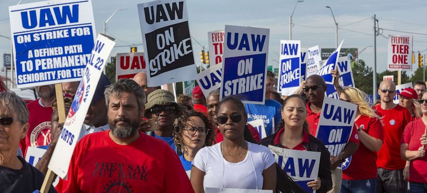 Striking United Auto Workers union members. (photo: ABC News)