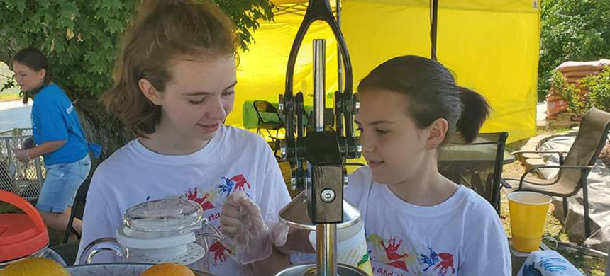 Sisters Hannah and Hailey Hager started a lemonade stand in their North Carolina town to help pay off their classmates' school lunch debt. (photo: Erin Hager/Al Jazeera)