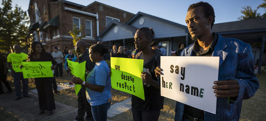 Protestors gather outside the house (right) where Atatiana Jefferson was shot and killed, during a community vigil for Jefferson on Sunday, Oct. 13, 2019, in Fort Worth, Texas. Jefferson, a 28-year-old black woman, was shot in her home by a white Fort Worth police officer during a welfare check. (photo: Smiley N. Pool/AP)
