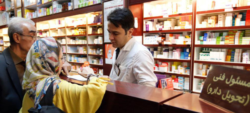 An Iranian couple visit a pharmacy. (photo: AFP)