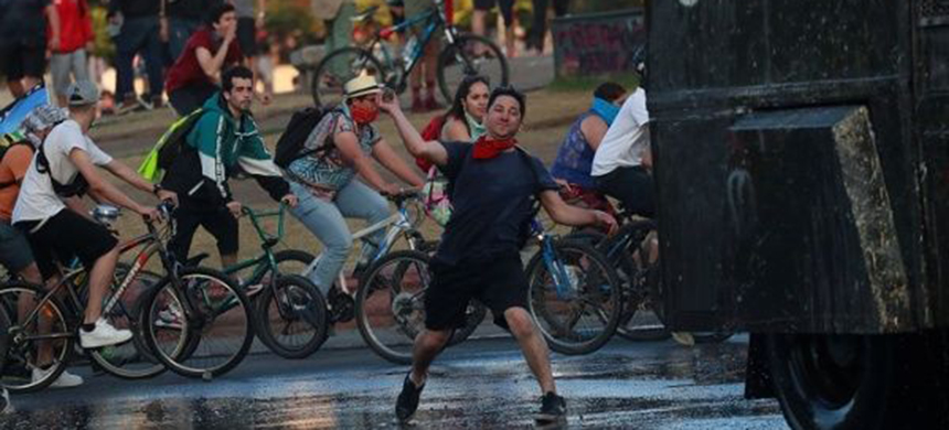 Protests on Sunday in Chile. (photo: Reuters)