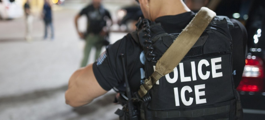 The new rule requires U.S. Immigration and Customs Enforcement officers to have a signed judicial warrant if they plan to enter a courthouse to make an arrest. (photo: Newsy)