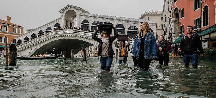 Tourists walk with their luggage near Rialto bridge in Venice, Italy. (photo: Stefano Mazzola/Awakening/Getty Images)