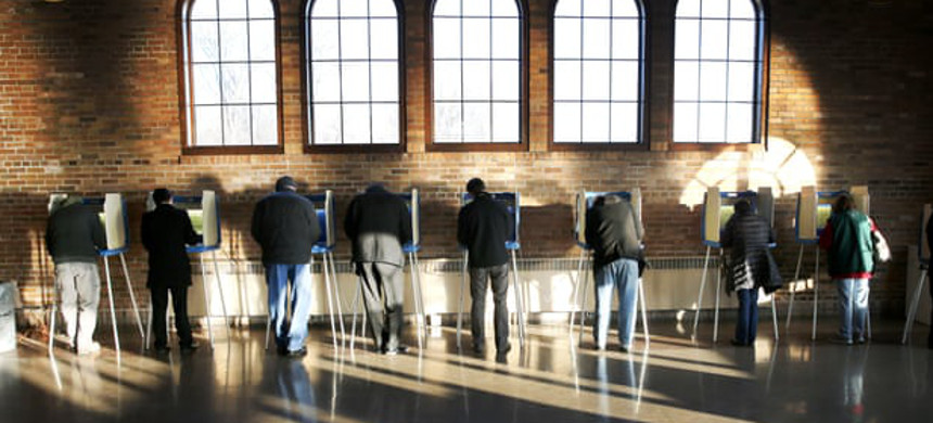 Wisconsin voters cast their ballots in the state's primary in 2016 in Milwaukee. More than 234,000 people face removal from state voter rolls, disproportionately affecting Democrats. (photo: Charles Rex Arbogast/AP)