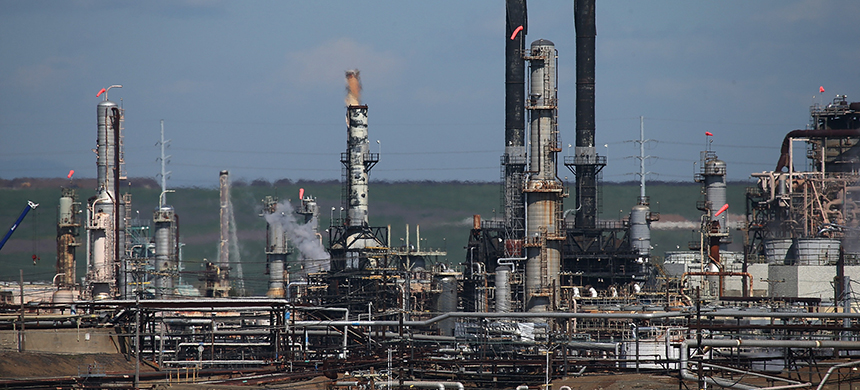 Oil and gas refinery. (photo: Justin Sullivan/Getty Images)