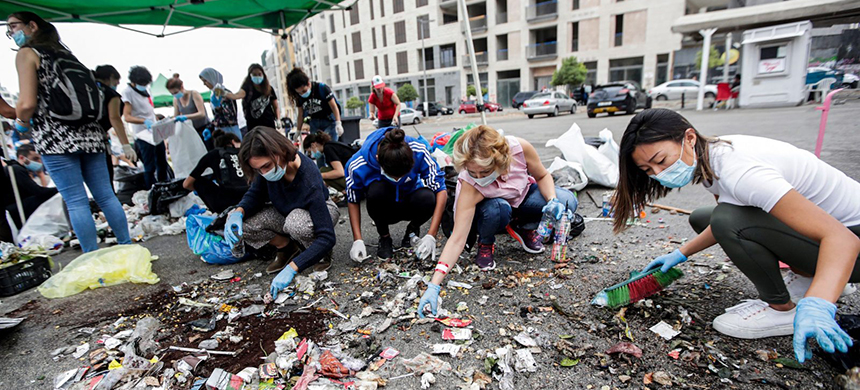 Volunteers sort trash in Beirut amidst ongoing protests. (photo: ANWAR AMRO/AFP/Getty Images)
