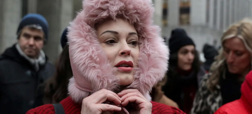 Rose McGowan outside a courthouse after the arrival of Harvey Weinstein in New York, New York. (photo: Jeenah Moon/Reuters)