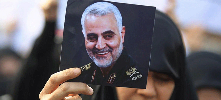 At the funeral of Qassem Suleimani a supporter holds up his photo. (photo: AFP)