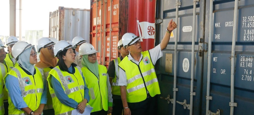 Malaysian environment minister Yeo Bee Yin (front 2nd L) and officials inspect a container containing plastic waste shipment on Jan. 20, 2020 before sending back to the countries of origin. (photo: Getty)