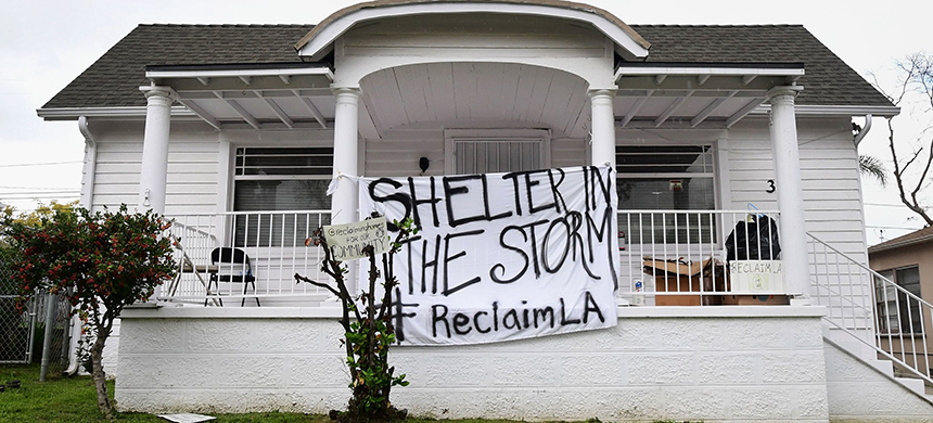 A group of activists in Los Angeles are aiming to make vacant houses in the city available at affordable prices, and the coronavirus has sharpened the urgency. (photo: Frederic J. Brown/AFP/Getty Images)