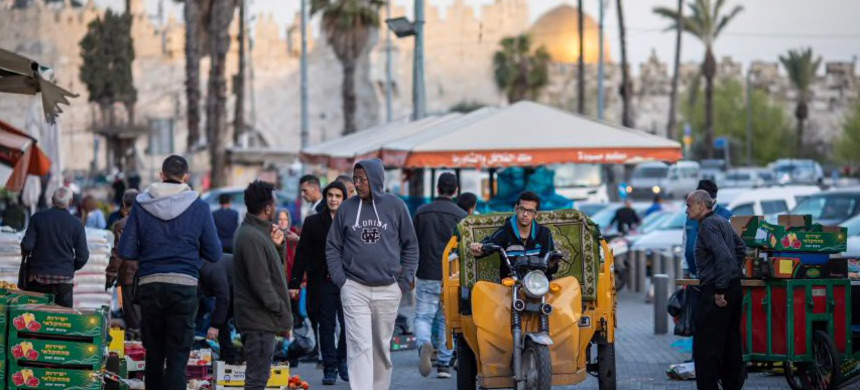 Merchants and shoppers walk in East Jerusalem, near the Old City, during the coronavirus lockdown. (photo: Emil Salman/Haaretz)