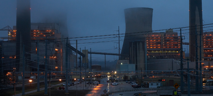 The John E. Amos coal-fired power plant in Winfield, West Virginia, was retrofitted to comply with a rule on mercury enacted under President Barack Obama. (photo: Stacy Kranitz/The Washington Post)