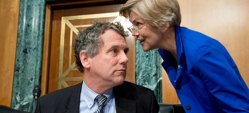 Elizabeth Warren and Sherrod Brown speaking during a Senate Banking Committee hearing on Capitol Hill in January 2015. (photo: Andrew Harnik/WP/Getty Images)