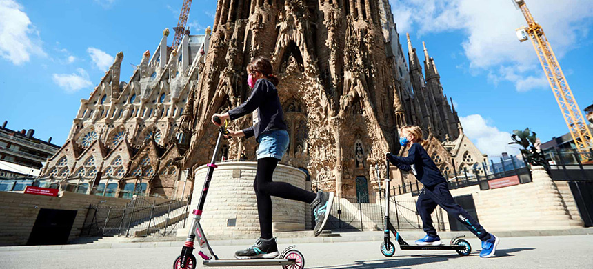 Two girls play in front of the Sagrada Familia cathedral in Barcelona. (photo: Alejandro García/EPA)