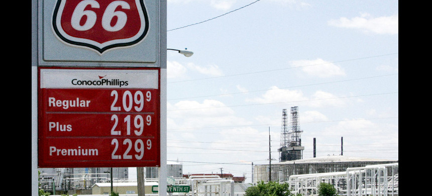 Phillips 66, which co-owns the Wood River Refinery in Roxana, Illinois, pictured above, has been sued multiple times by state and federal authorities. (photo: James A. Finley/AP)