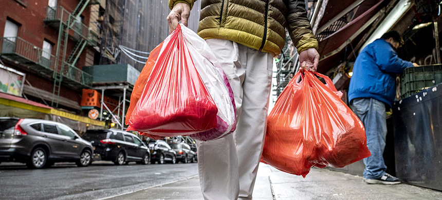 A pedestrian carries plastic shopping bags in New York on March 31, 2019. (photo: Natan Dvir/Bloomberg/Getty Images)