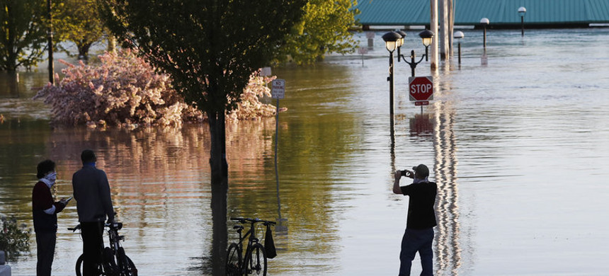 People photograph the floodwaters of the Tittabawassee River that encroached on downtown Midland, Mich. (photo: Carlos Osorio/AP)