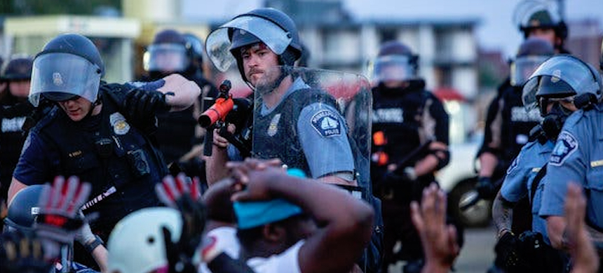 Minneapolis police point a rubber bullet gun at protesters on May 31. (photo: Victor J. Blue/NYT)