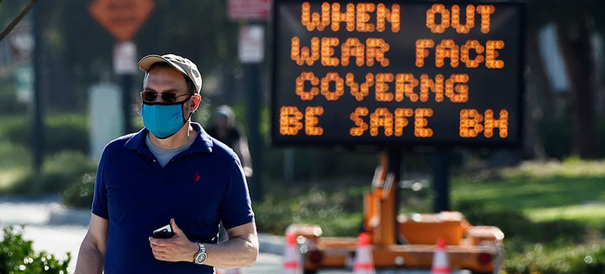 An electronic sign on Santa Monica Boulevard reminds people to wear masks to limit the spread of coronavirus, Thursday, April 16, 2020, in Beverly Hills, Calif. (photo: AP)