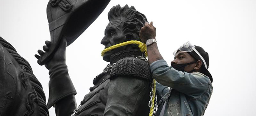 Protesters attempt to pull down the statue of Andrew Jackson in Lafayette Square near the White House. (photo: Tasos Katopodis/Getty Images/AFP)