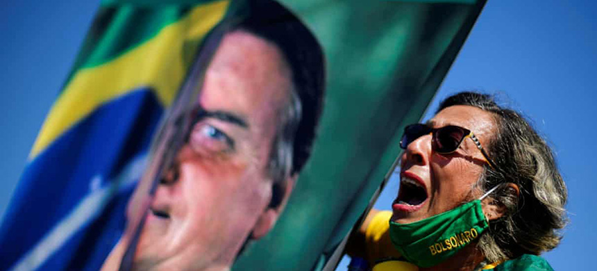 A supporter of Brazil's president, Jair Bolsonaro, takes part in a rally in Brasília. (photo: Adriano Machado/Reuters)