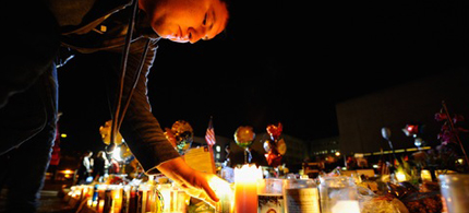 Well-wishers light candles at a memorial in front of University Medical Center in Tucson, Arizona, where Rep. Gabrielle Giffords remains in a critical condition, 01/11/01. (photo: Kevork Djansezian/Getty Images)