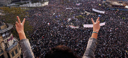 At Tahrir Square, victory signs and a massive crowd, 02/01/11. (photo: Carolyn Cole/LAT)